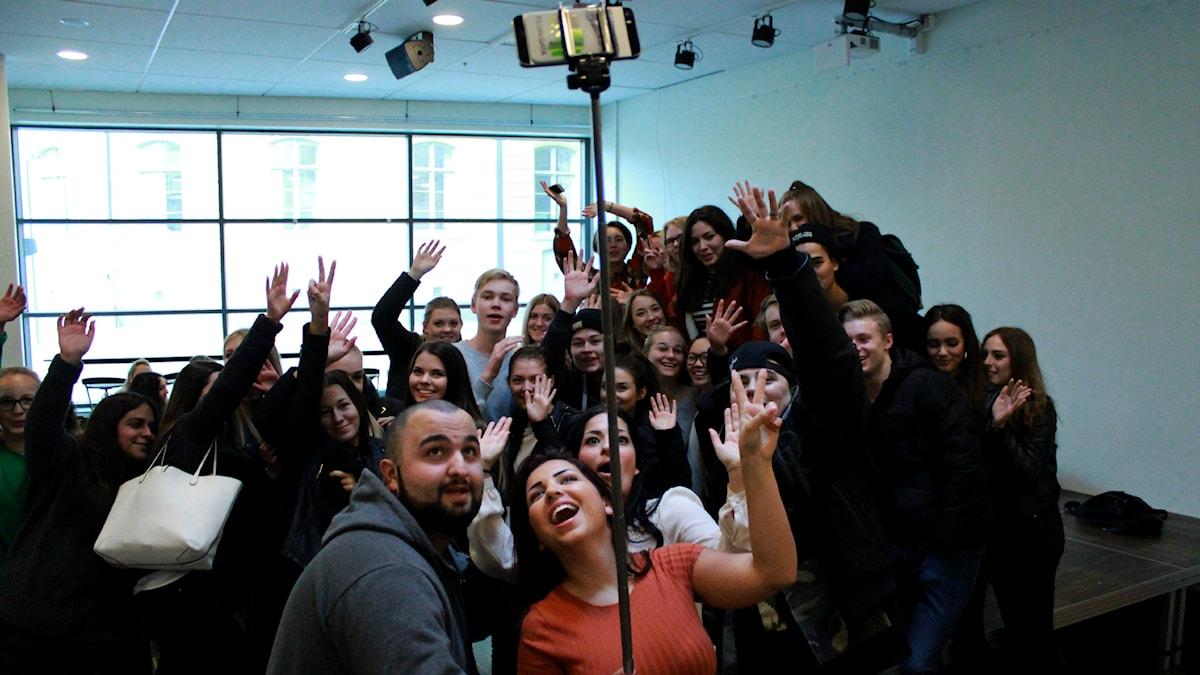 Bild på P3 Din Gatas programledare och publiken på Malmö Latin. Foto: Emma Leyman/SR