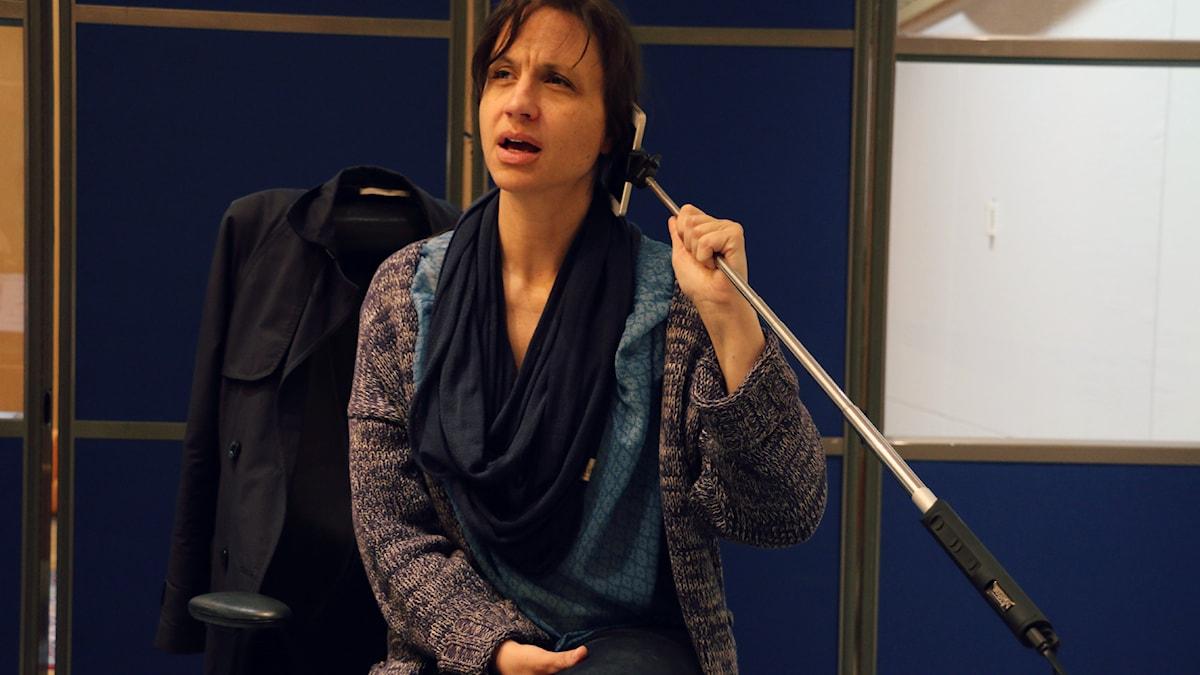 Petra Mede hänger på telefonen. Foto: Ronnie Ritterland / Sveriges Radio