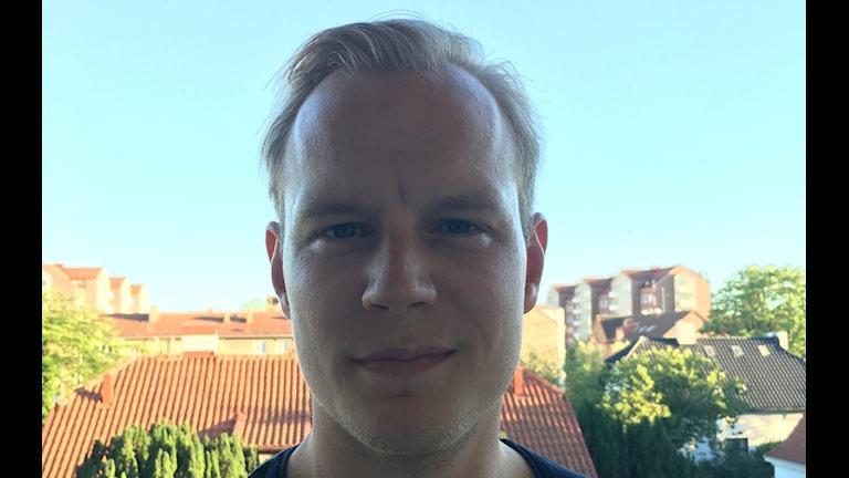 Mattias står utomhus.