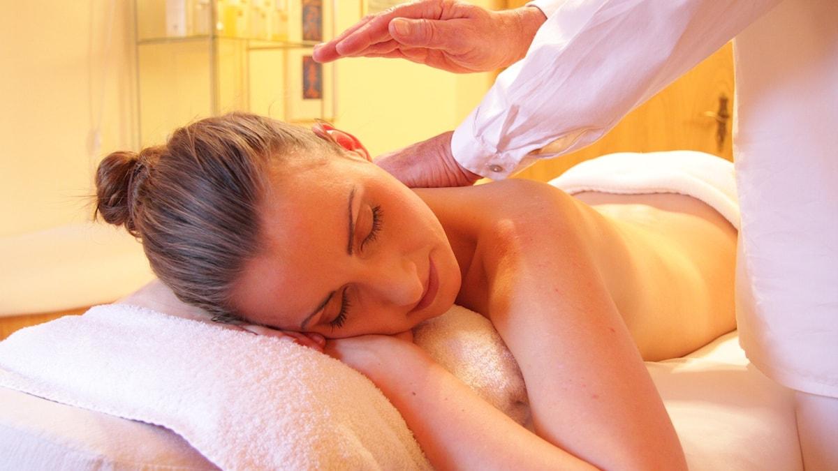 Bild på kvinna som får massage.