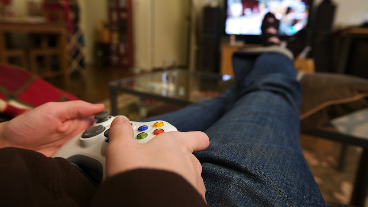 Person spelar Tv-spel i soffan Foto:Marco Arment/https://flic.kr/p/5MYVT6 (CC BY 2.0)