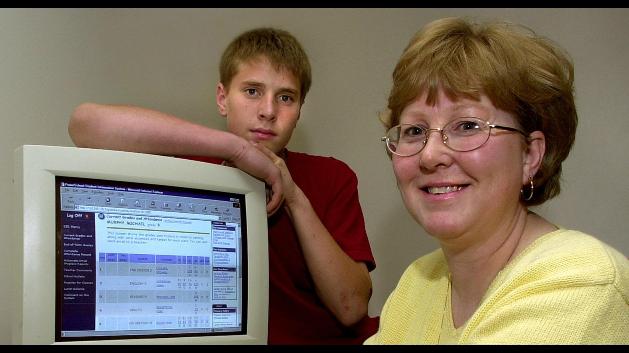 Mamma och son vid dator Foto:Douglas C. Pizac-TT