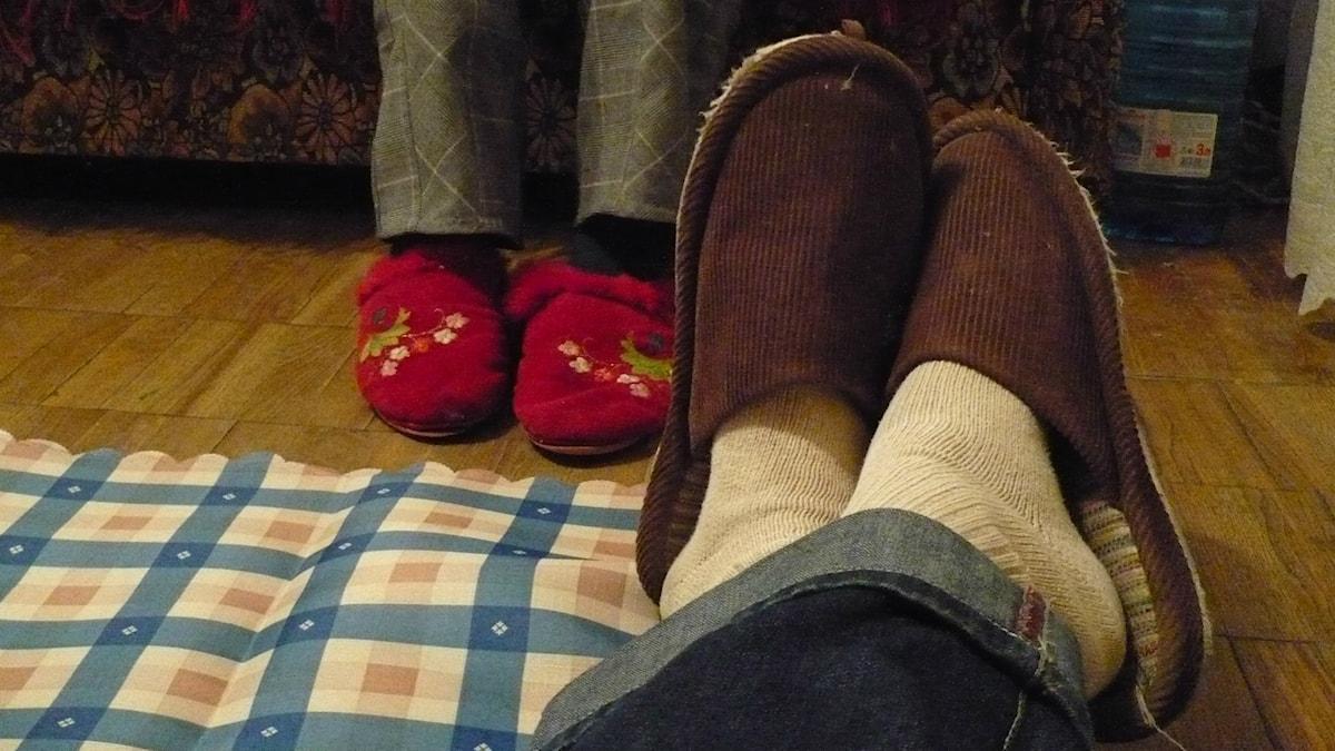 fötter med tofflor på Foto: Mark Tristan https://flic.kr/p/5aAdsL (CC BY-SA 2.0)
