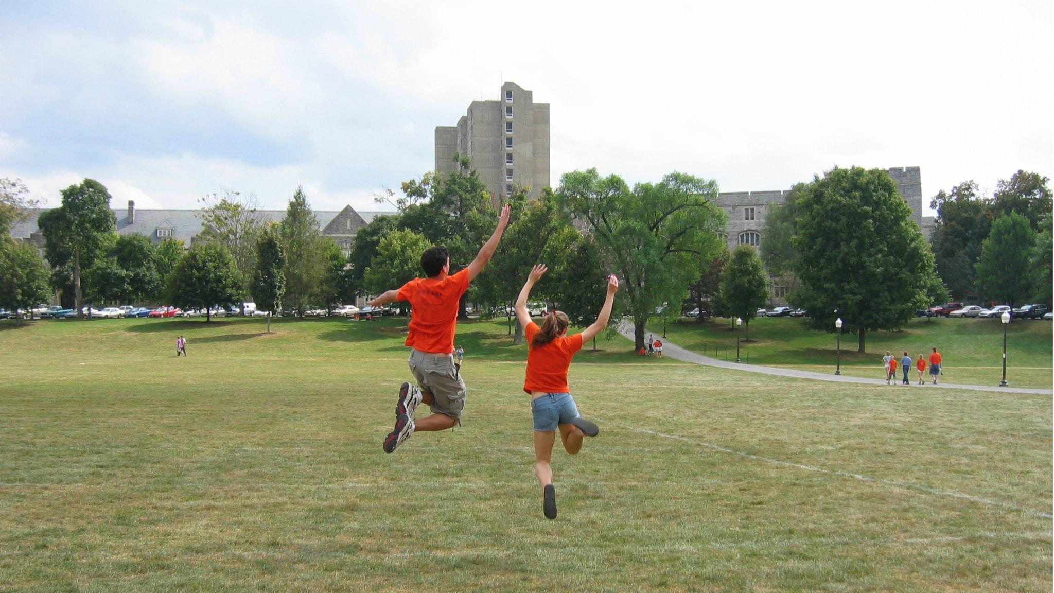 Två personer hoppar Foto: Christopher Bowns https://flic.kr/p/5Brgh (CC BY-SA 2.0)