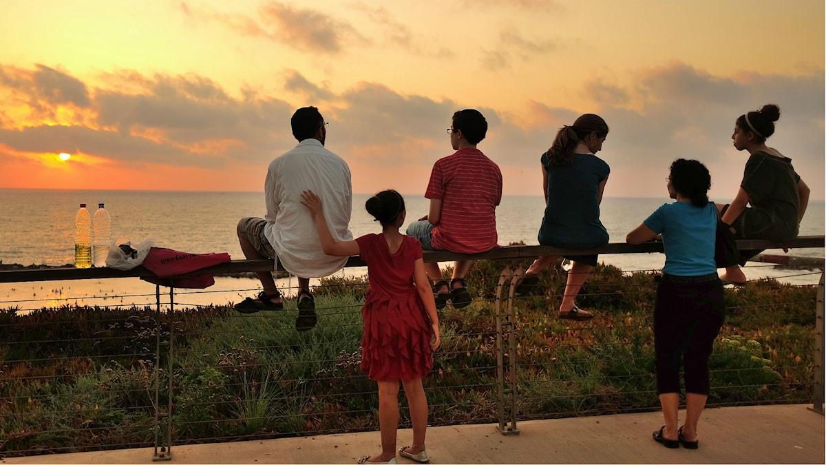 En familj i solnedgången Foto: amira_a https://flic.kr/p/fHttGy (CC BY 2.0)
