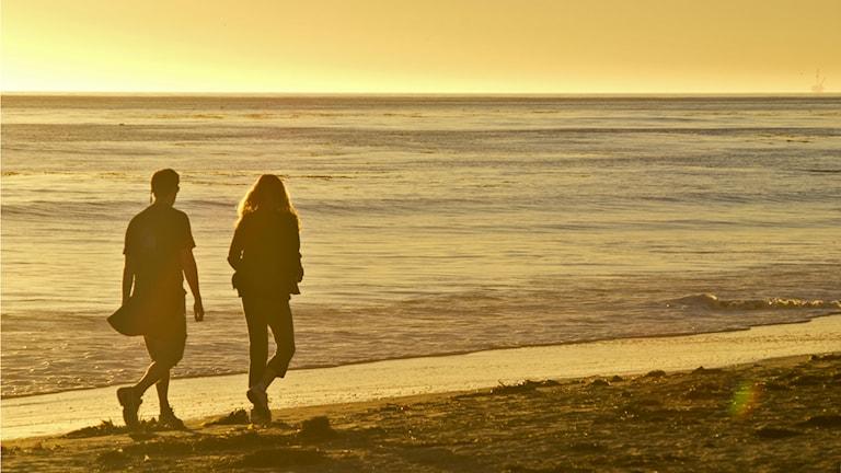 Ett par på stranden Foto: Damian Gadal http://bit.ly/1DJ8qmw (CC BY 2.0)