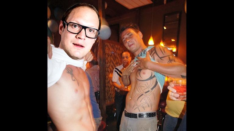 Photoshoppad bild på när Jonatan tatuerar sig. Foto: Hotlanta Voyeur/Flickr/CC/SR