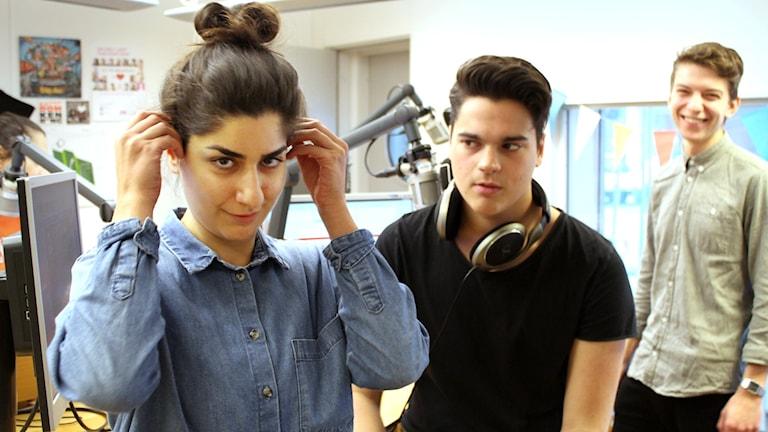 Bilden är tagen i studion. Dilan står längst till vänster och ser lömsk ut. Oscar blänger på henne. Rasmus står i bakgrunden och garvar. Foto: Gustaf Widegård/SR