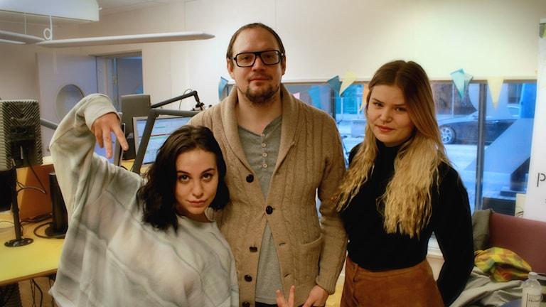 Bild på panelen och Jonatan i studion. Foto: Emma Leyman/SR