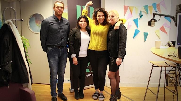 Fyra personer står på rad. Joakim Johansson längst till vänster, följd av Victoria Gonzalez, sedan Farah och slutligen Anna Deregowska. Farah ler stort och håller upp en näve i luften.