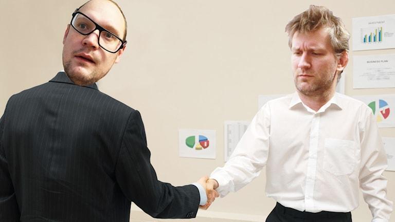 Två män i kostym skakar hand med varandra. På den vänstra personen är Jonatans huvud inklippt och på den högra är Martin Söderbergs huvud inklippt. Martin ser extremt tveksam ut och Jonatan har glasögonen på sniskan.