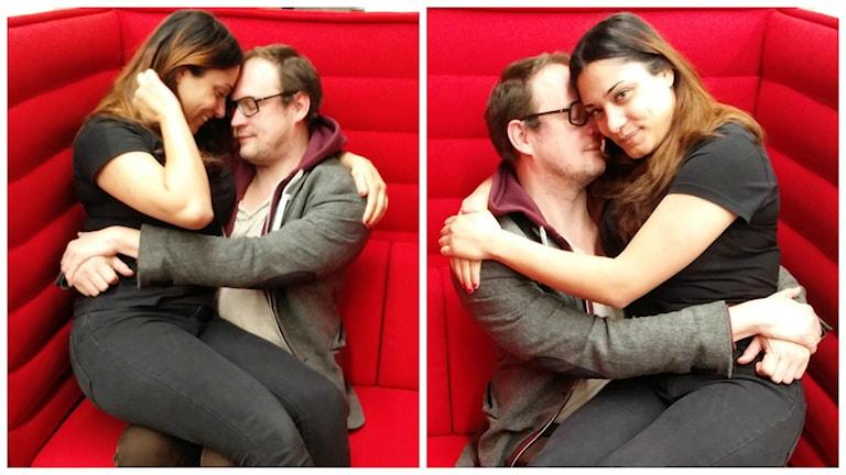 Två liknande bilder bredvid varandra. På båda bilderna sitter Farah i Jonatan Unges knä och håller om honom. Jonatan ser DÖDSKÄR ut. Dom sitter i en röd soffa.