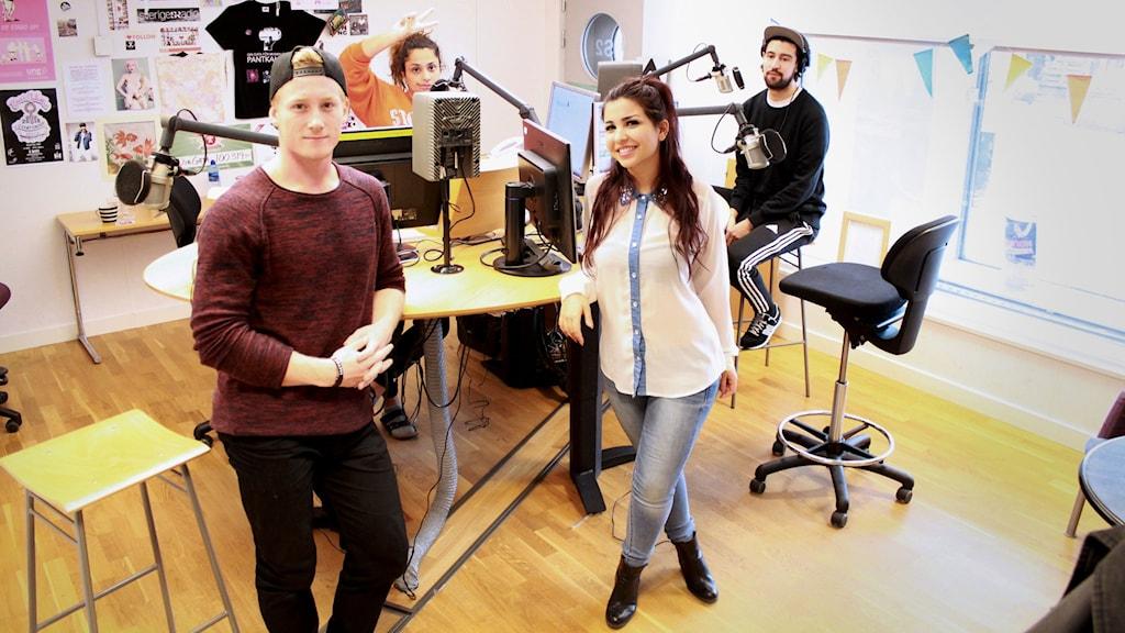 Bild från studion. Man ser hela mixerbordet och alla mikrofoner. Från v. till h. har vi Charles, Farah, Mona och Laue.