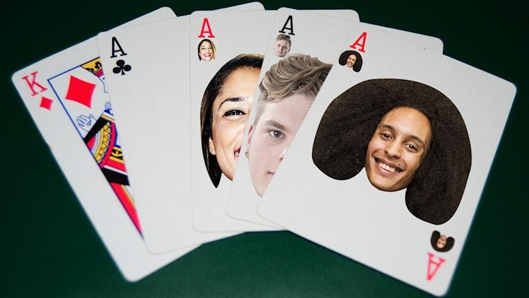 """Redigerade bild med fem kort från en kortlek. Fyra äss och en ruter kung. På det första esset är Victor Linnérs ansikte inklistrat. På de två bakom Simon Rosenqvist och Farah Abadi. Victor ser glad och härlig ut och ska alltså föreställa ett """"frikort""""."""