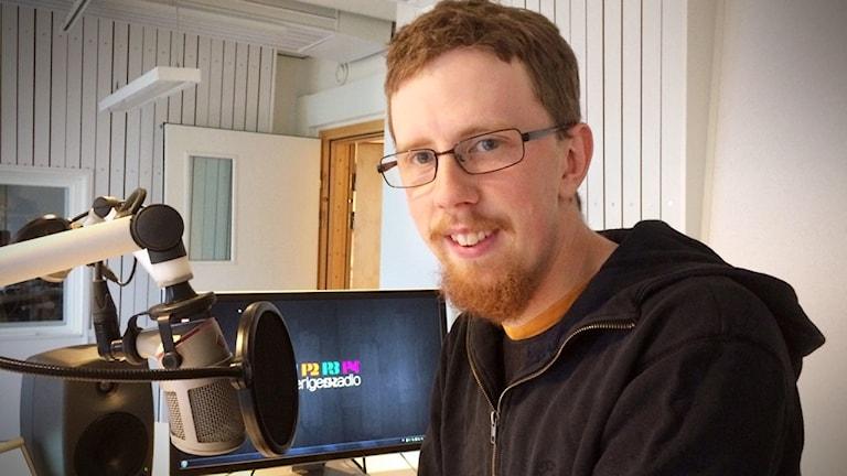 Karl Karlsson sitter i vår studio i Skellefteå och ser glad ut.