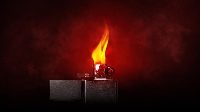 En tändare står och brinner mot en mörkröd bakgrund.
