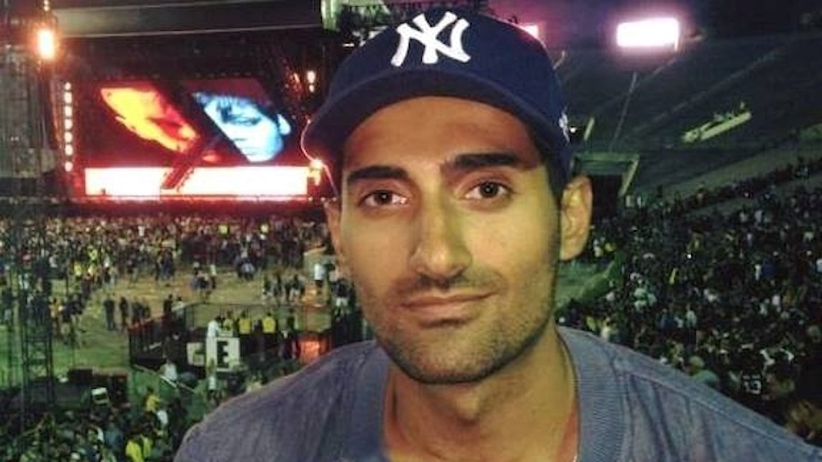 Ahmed tittar in i kameran med en lite drömsk blick. Han står inne på en arena av något slag.