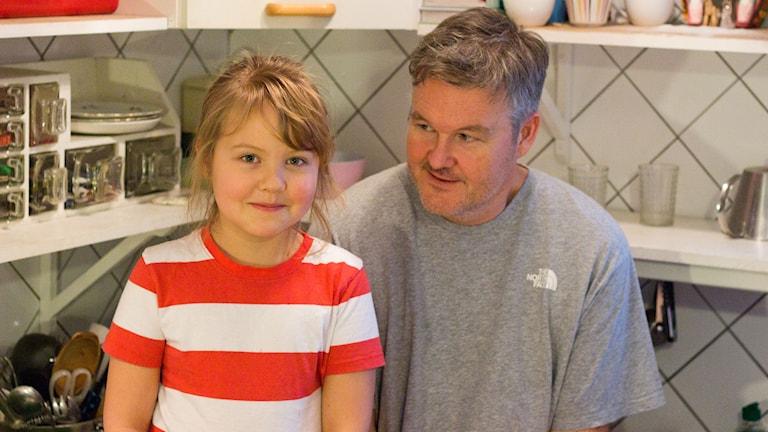 Ett lekfullt matlagningsprogram där världsmästarkocken Mathias Dahlgren testar grundsmaker tillsammans med sin systerdotter Maria Sylvén, 8 år.
