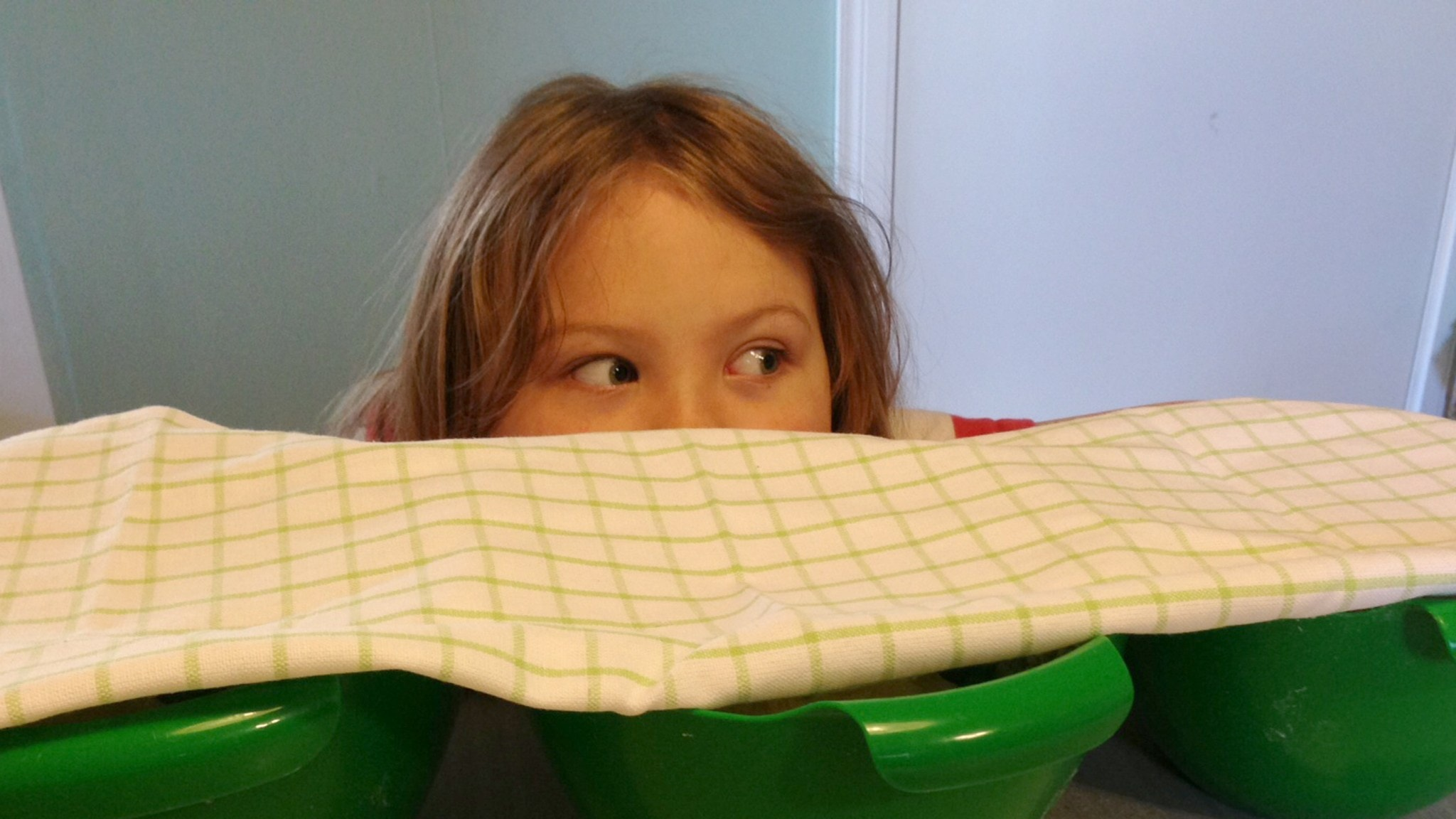 Hör hur det jäser! Maria Sylvén testar söta degar med sin morbror, kocken Mathias Dahlgren. Foto: Erica Dahlgren/Sveriges Radio.