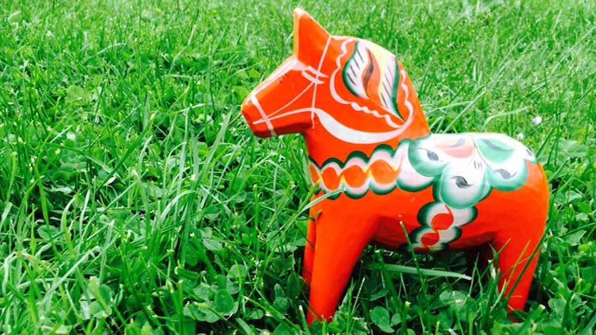 Dalahäst på gräs. Foto: Sofia Kottorp/Sveriges Radio