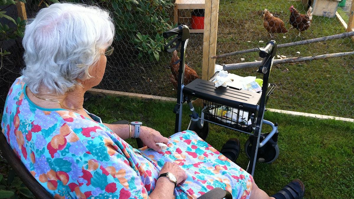 Äldre kvinna sitter i en stol Foto: Katarina Larsson/Sveriges Radio