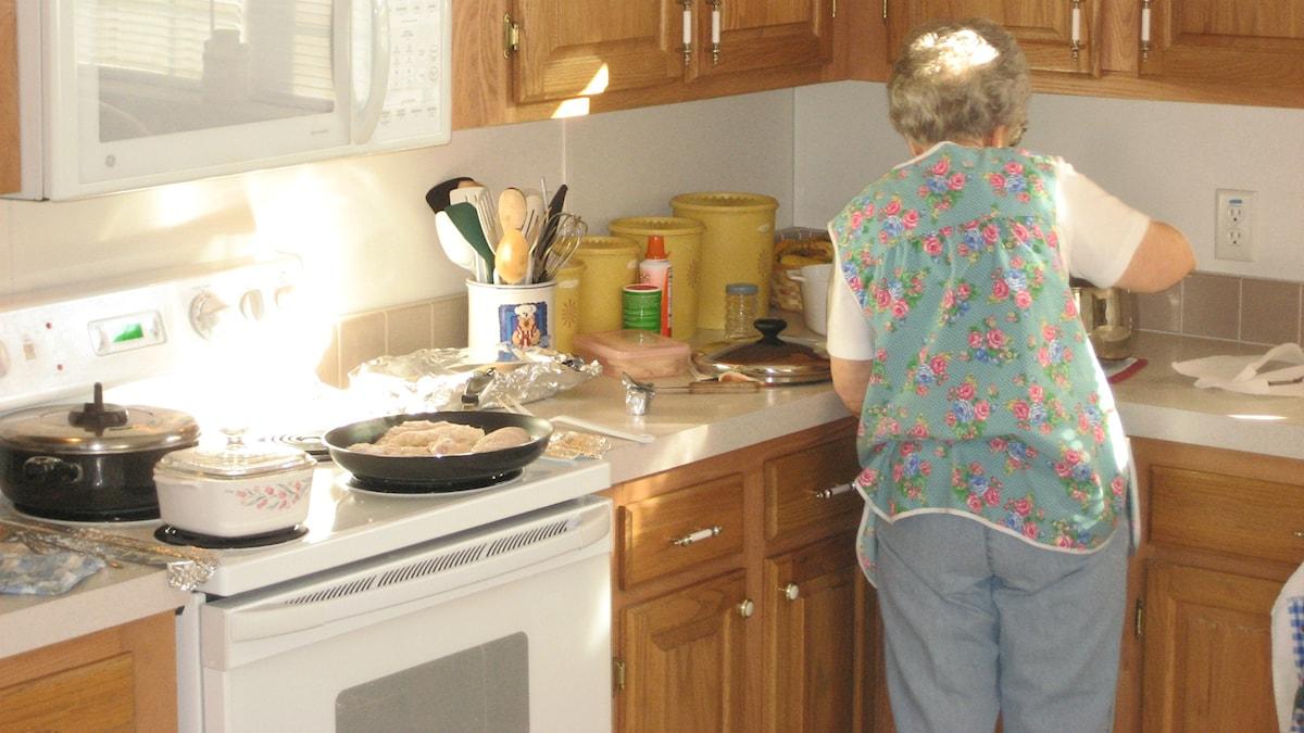En äldre kvinna i ett kök Foto: Chris https://flic.kr/p/4fQ9sL (CC BY 2.0)