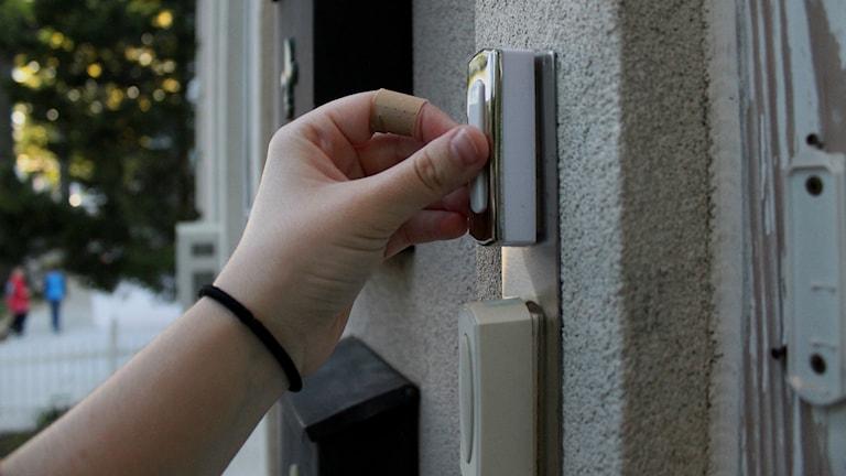 Hand på dörrklocka. Foto: Alexa LaSpisa https://flic.kr/p/9JmW3n (CC BY 2.0)