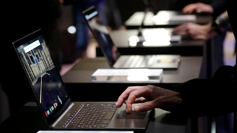 Män vid laptops. Foto: Jeff Chiu/Ap/TT