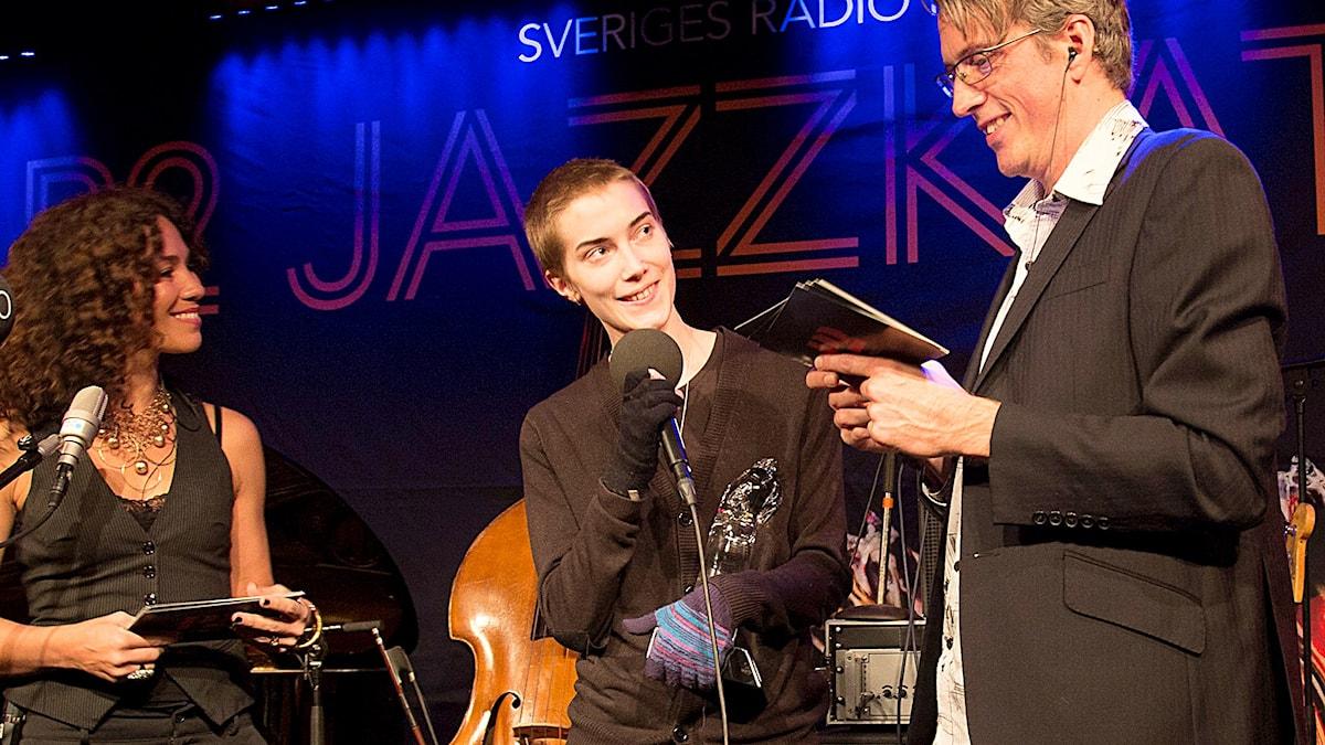 Susanna Risberg får pris som årets nykomling under P2 Jazzkatten 2015. Foto: Micke Grönberg/Sveriges Radio