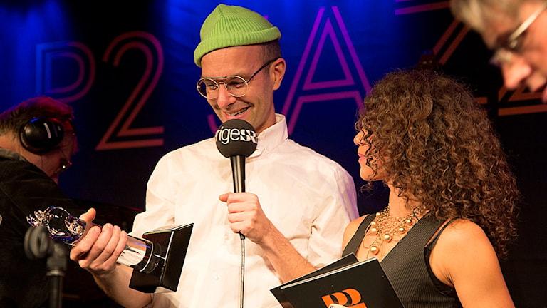 Nils Berg får priset som årets kompositör vid P2 Jazzkatten 2015. Foto: Micke Grönberg/Sveriges Radio