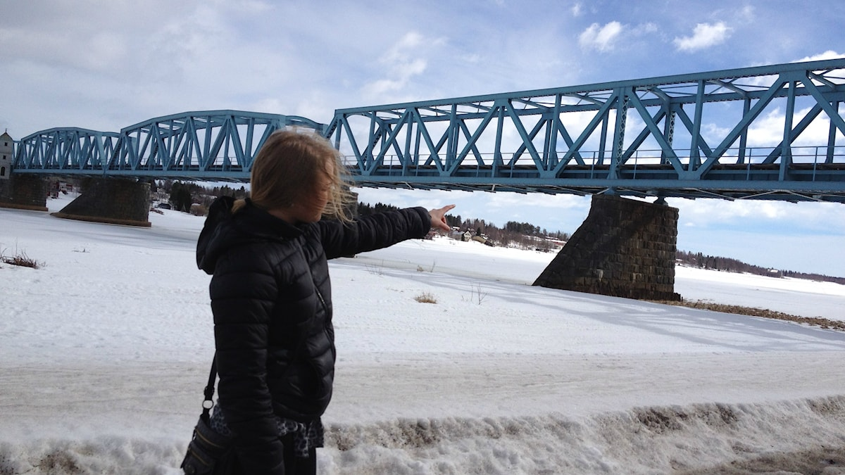 Satu Keskinen pekar på bron där ungdomar från Sverige och Finland möttes i slagsmål. Foto: Ramin Farzin / Sveriges Radio