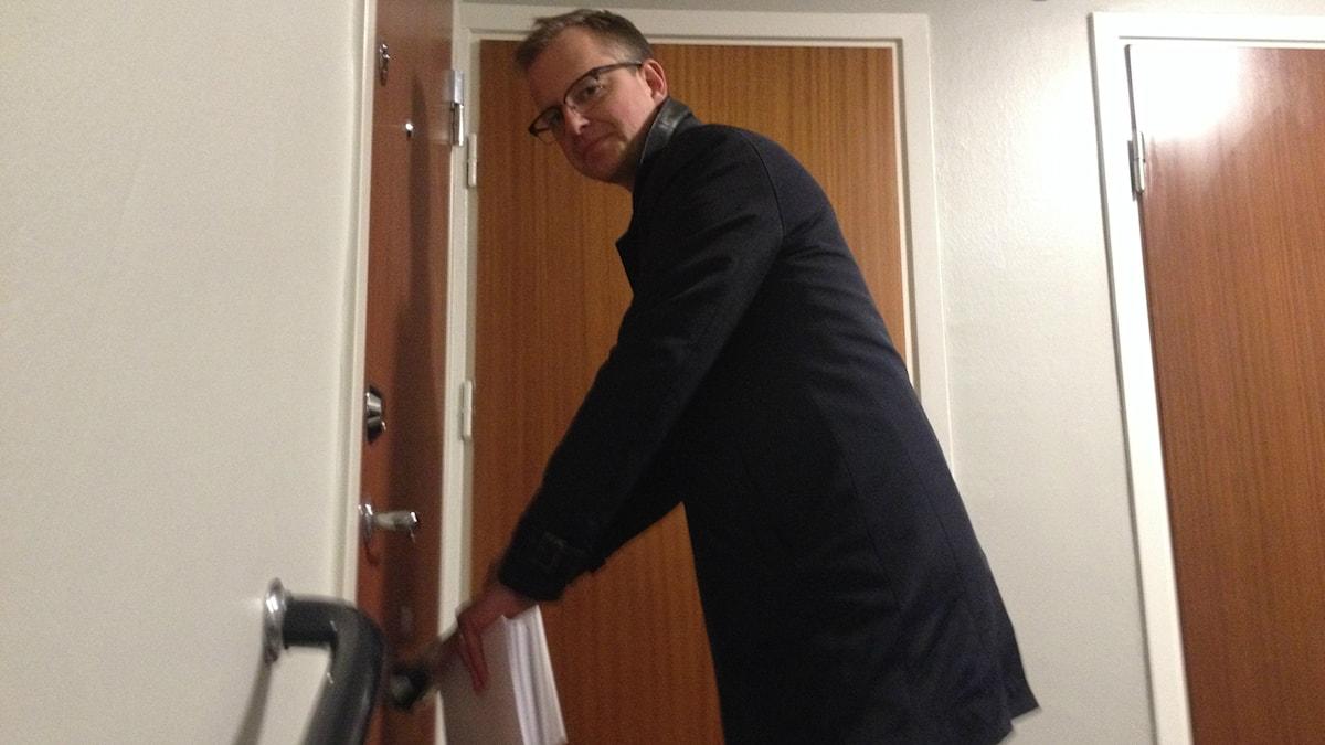 Mikael Damberg knackar dörr i Solna. Foto: Ramin Farzin / Sveriges Radio