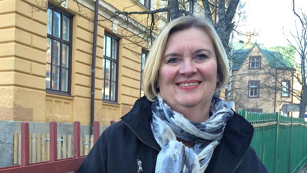 Sirpa Lindelöf framför Sverigefinska skolan, Erkki- koulu i Eskilstuna. Foto. Virpi INkeri/SR