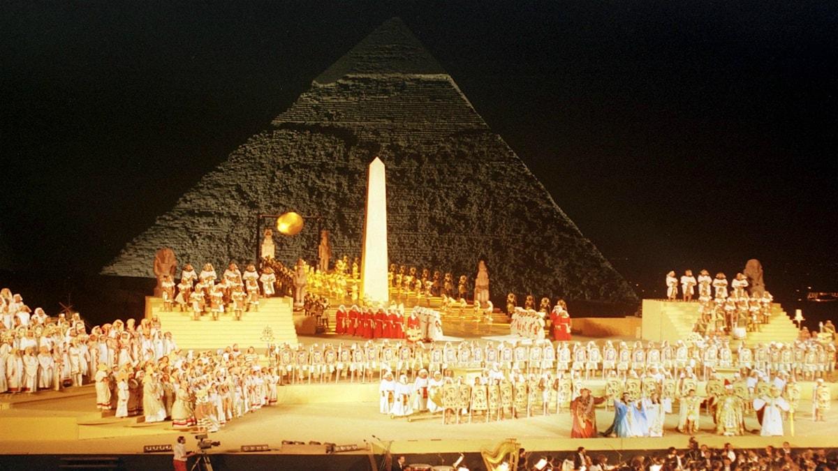 En uppsättning utanför Kairo av Giuseppe Verdis opera Aida med Chefrens pyramid i bakgrunden.