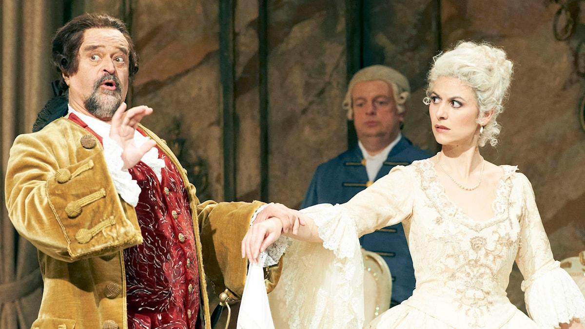 Kurt Rydl som Baron Ochs och Chen Reiss som Sophie i Rosenkavaljeren. Foto: Michael Poehn/TT Bild