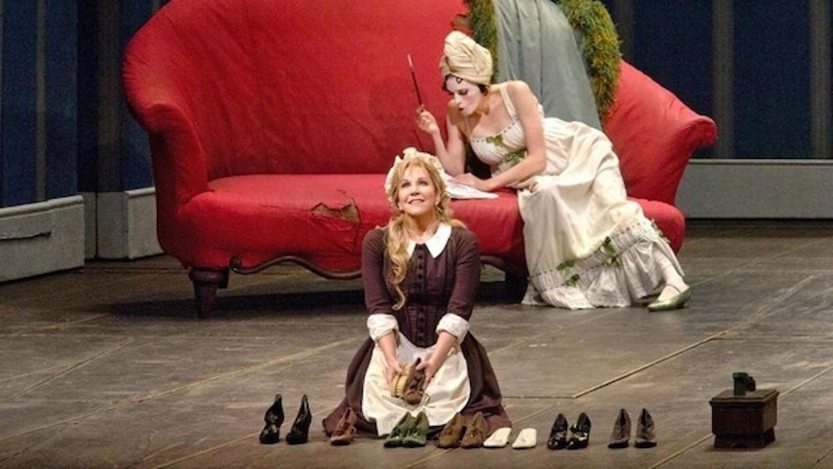Joyce DiDonato som Angelina och Rachelle Durkin som Clorinda i Rossinis Askungen. Foto: Ken Howard/Metropolitan Opera