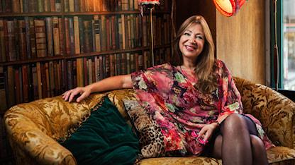 Soilin seurassa -ohjelman juontaja Soili Huokuna istuu sohvalla ja hymyilee. Foto: Alexander Donka / Sveriges Radio
