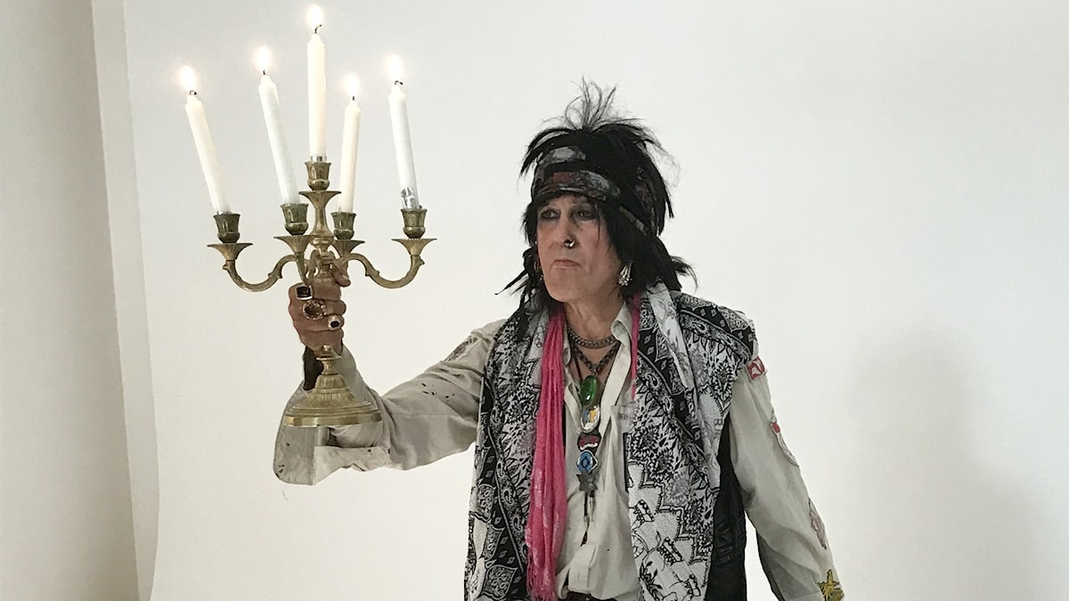 Andy McCoy valokuvastudiossa, pitelee kädessään kynttilöitä