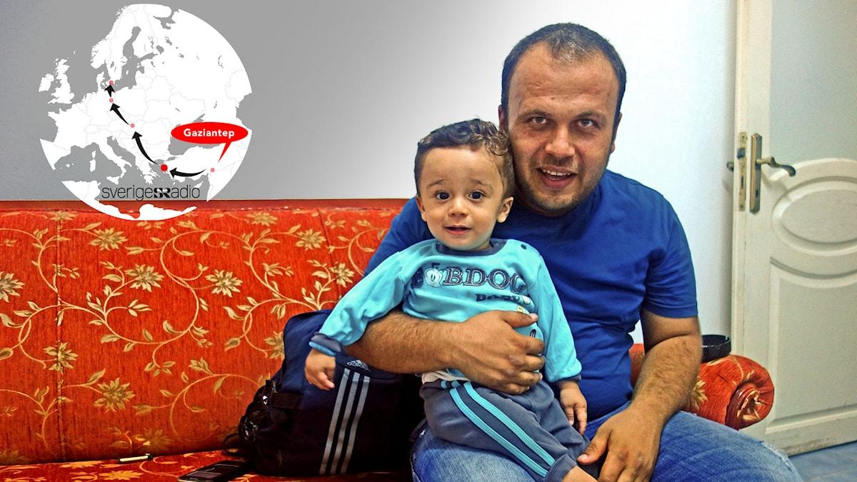 Pappa Mahmoud med sonen Abd al-Razzaq, syrisk flykting i Turkiet. Foto: Katja Magnusson/Sveriges Radio.
