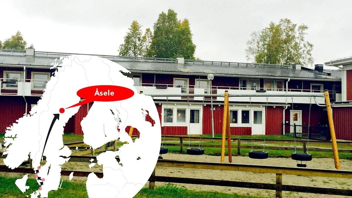 Röd huslänga med en gungställning framför.