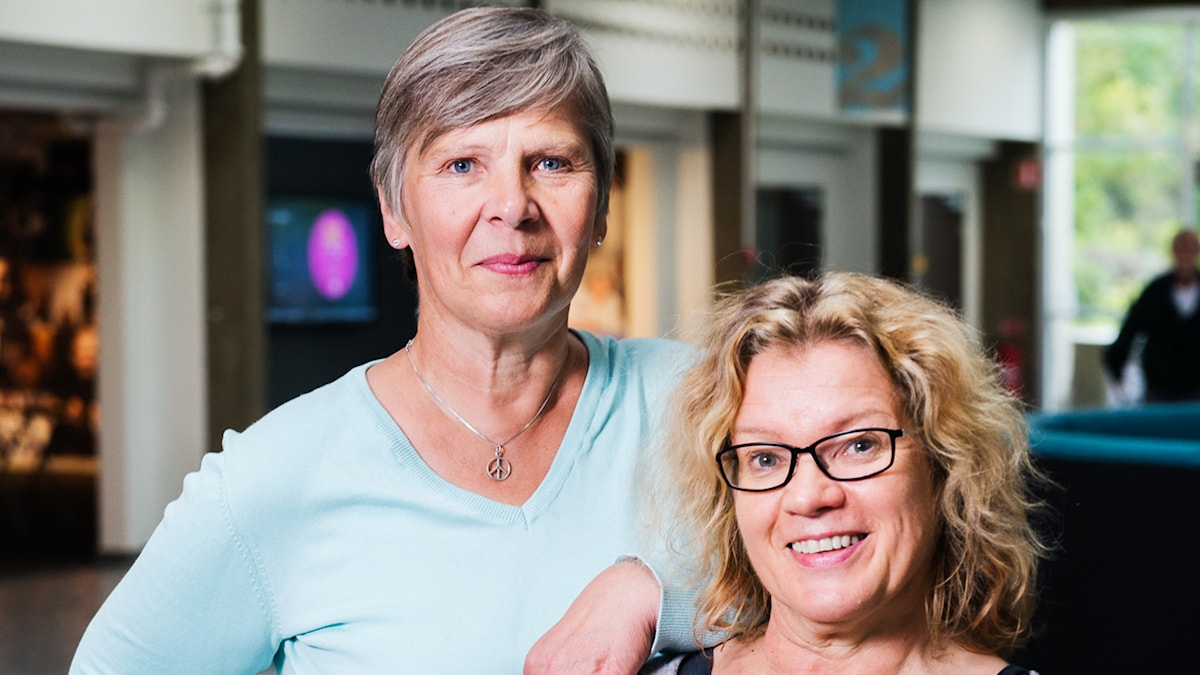 Merja Laitinen ja Kirsi Blomberg Tukholman radiotalon aulassa. Foto: Alexander Donka / Sveriges Radio