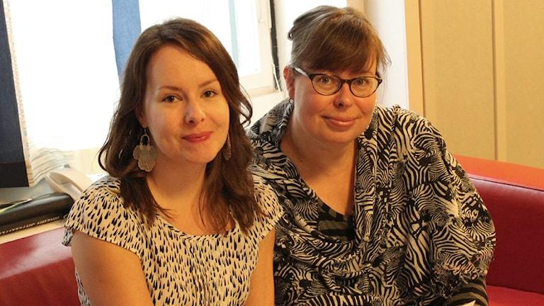 Henna Leskelä ja Riina Heikkilä vastaavat kysymyksiisi. Foto Kirsi Blomberg Sveriges Radio