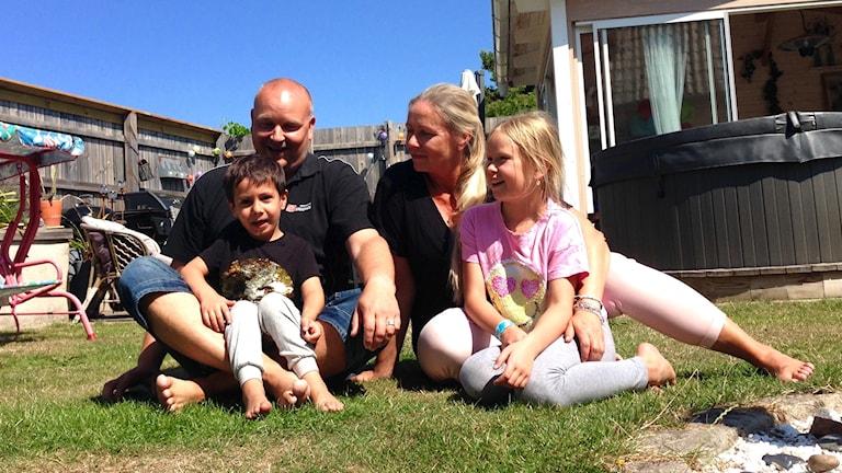 Osa Hakalan perheestä puutarhassa: Emir, Tommi, Kamilla ja Hanni