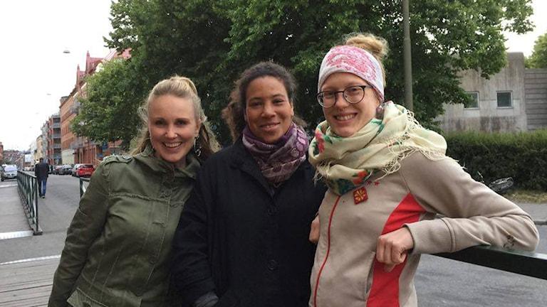Sonja Skibdahl, Majula Drammeh ja Anna Fält seisovat vierekkäin ulkona kadun varrella.