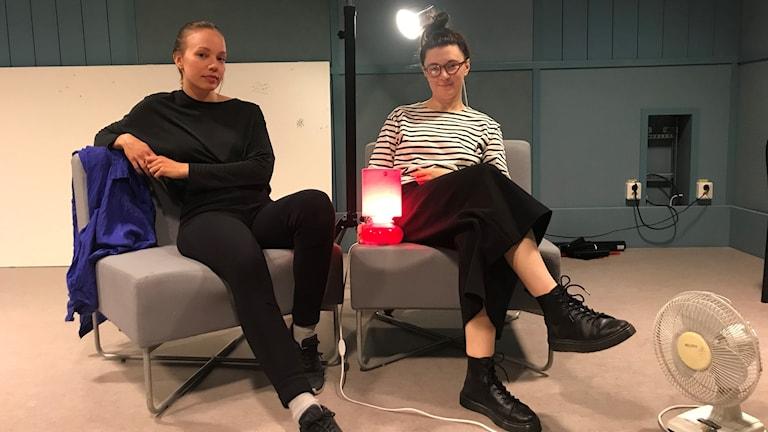 Milja Rossi ja Maja-Stina Åsberg istuvat sohvassa