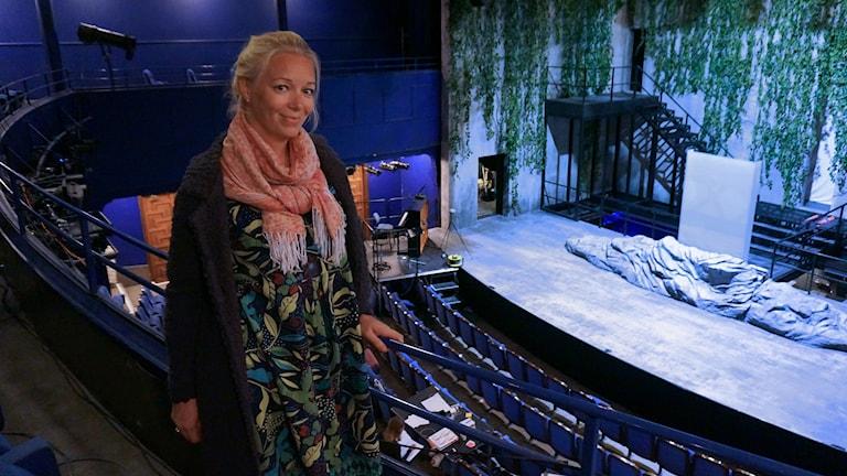 Henriikka Gröndahl katselee näyttämöä jolla hänen roolihahmonsa Liu  kuolee