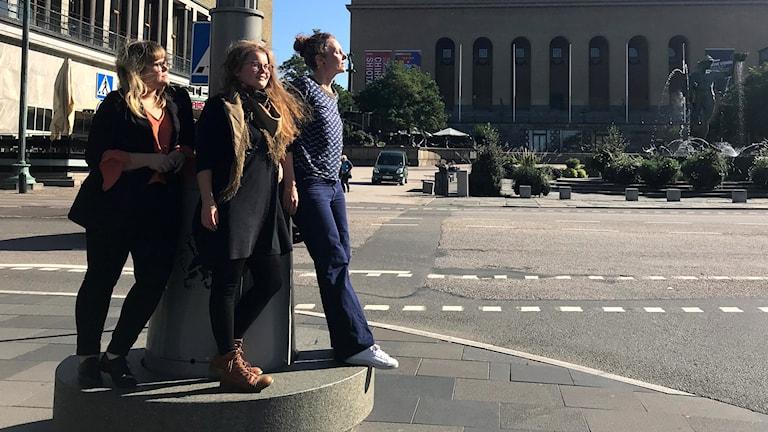 Mia-Marika Andin, Anna Martta Partio ja Mirjami Rustanius pohtivat kirjallisuutta Göteborgin kirjastossa.