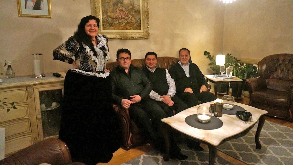 Koukku vierailee Carmen Åkerlundin ja Mikael Hagertin kodissa. Paikalla on kyläilemässä myös Veikko Grönfors. Koukuttajana Domino Kai