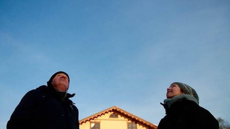 Lukupiiriläiset Keijo Knutas ja Hanna Hallakumpu tähyilevät taivaalle. Foto: Kai Rauhansalo