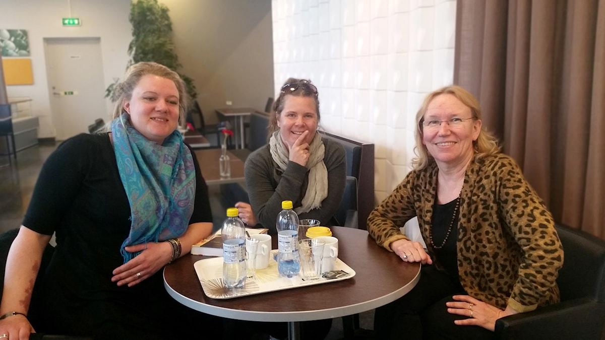 Anna-Karina Bogren ja Pirjo Backman Piroth ja koukuttaja Salla Vartiainen
